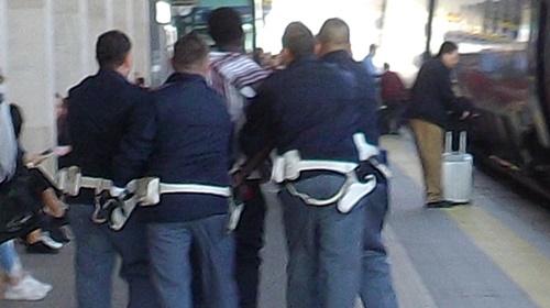botte alla stazione di monza polizia
