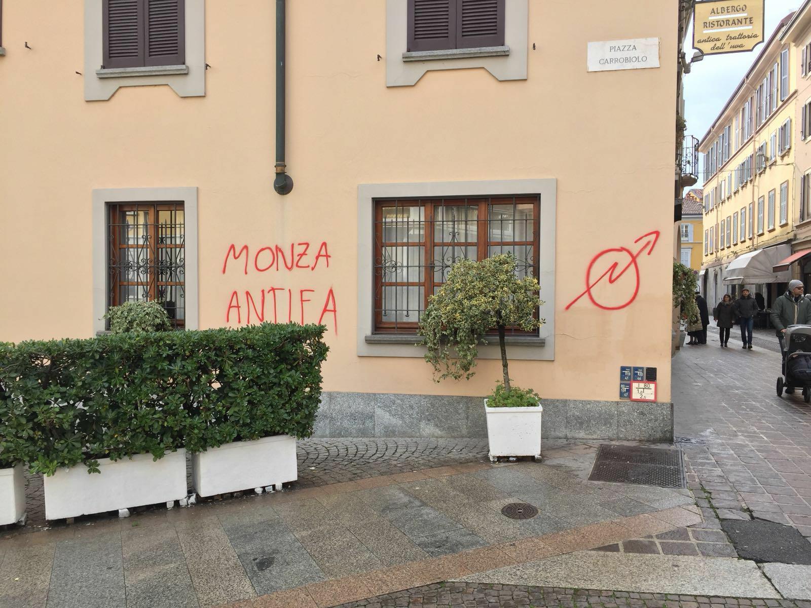 Monza scritte sui muri fantasmi e il morso della - Scritte muri casa ...